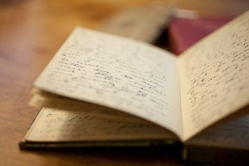 里面有一本日记,记载着伯父的探险历程,还有一个坏了的古董手表。